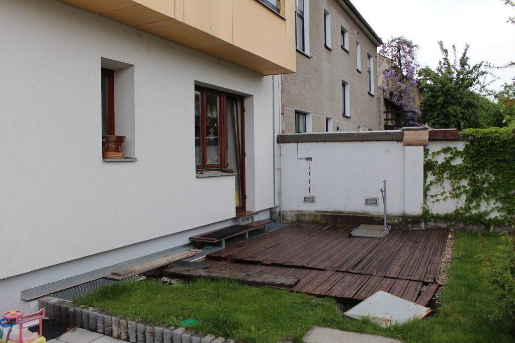 Zahrada před instalací pergoly