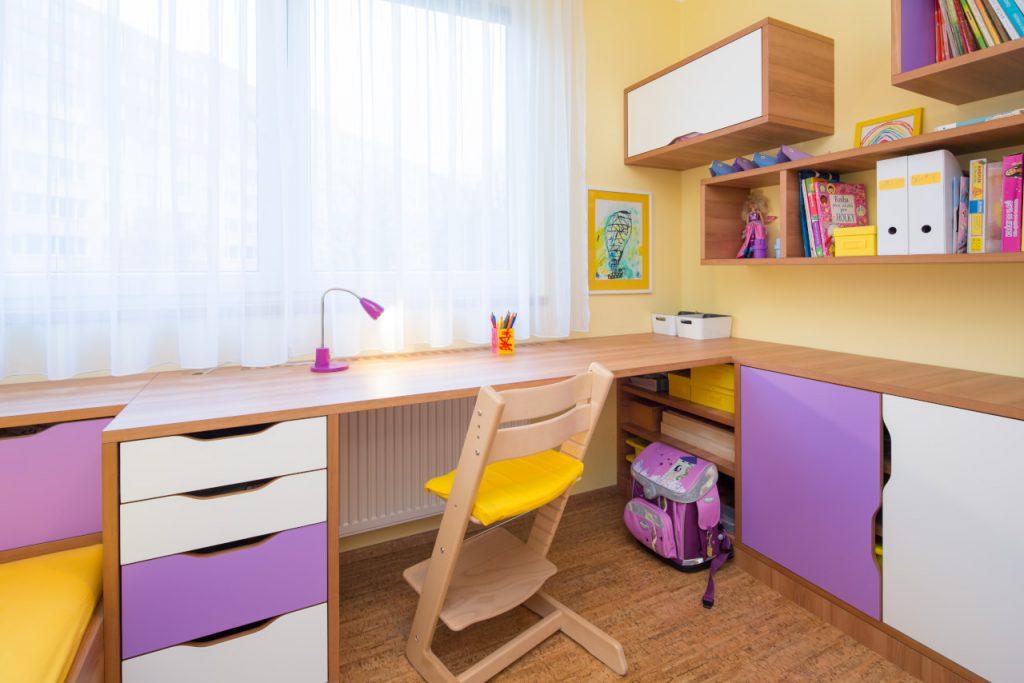 Dětský pokoj v jarbch barvách.
